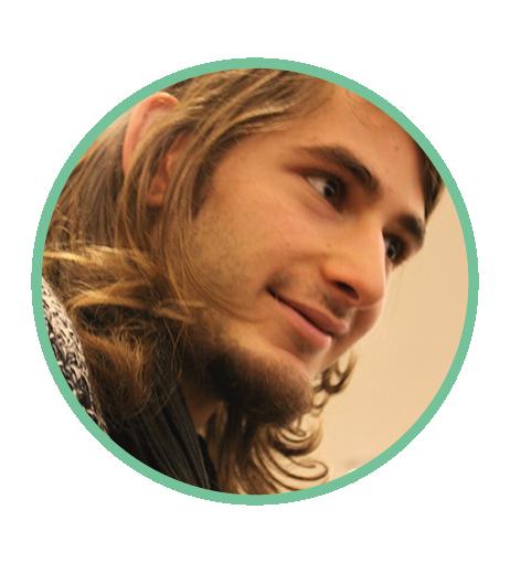 Serim, çenesine kadar uzun sarı saçlarıyla, kahverengi gözlü, yirmilerinde bir erkek. Profilden çekilmiş fotoğraf. Gülümsüyor.