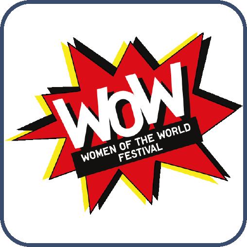 """Keskin köşeli kırmızı konuşma baloncuğu içinde beyaz harflerle, """"WOW"""" yazıyor. Altında siyah dikdörtgen içinde, """"Woman of the World Festival"""" yazıyor."""
