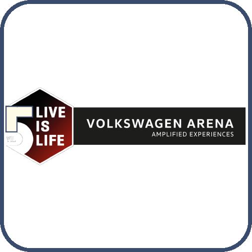 """Siyah ve kırmızı harflerden oluşan beşgen içinde beyaz harflerle, """"Five live is life"""" yazıyor. Sağında siyah dikdörtgen içinde, """"Volkswagen Arena"""" yazıyor."""