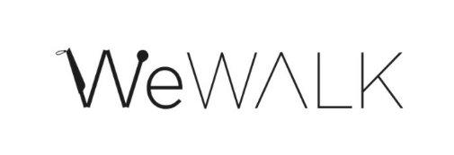 WeWalk firmasının ürettiği akıllı beyaz bastonun kıvrılarak oluşturduğu W harfi ile, We Walk, yazıyor.