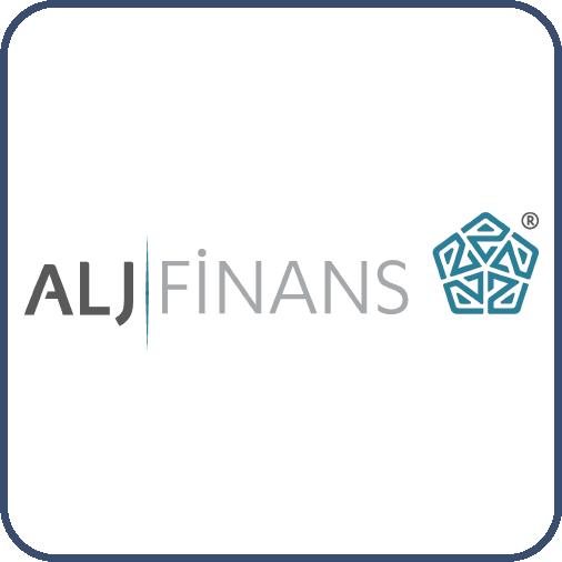 Siyah harflerle ALJ, yanında gri harflerle, Finans, yazıyor. Sözcükler arasında mavi bir çizgi var. Yanında parçalı eğik çizgilerden oluşan beşgen şekli var.